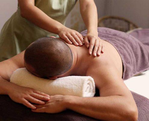 En mand får healing på ryggen. Behandling fås hos Krebs Zoneterapi.